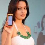 Riya Sen Unveils Nokia N8 Phone (1)