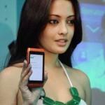Riya Sen Unveils Nokia N8 Phone (2)