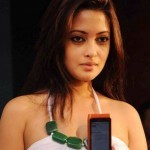 Riya Sen Unveils Nokia N8 Phone (8)